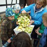 An der Apfelpresse, Foto: U. Gohl